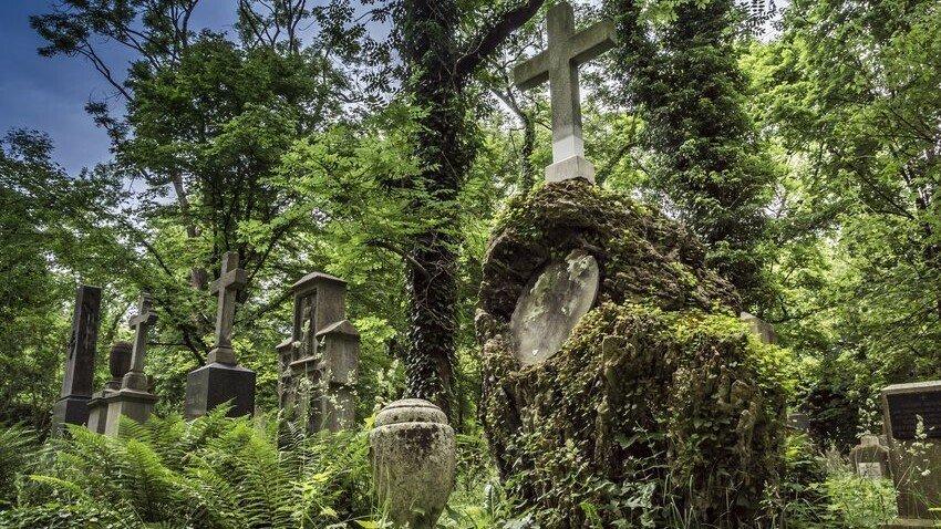 Südfriedhof München: Gedenkstein mit Kreuz am alten Südfriedhof in München
