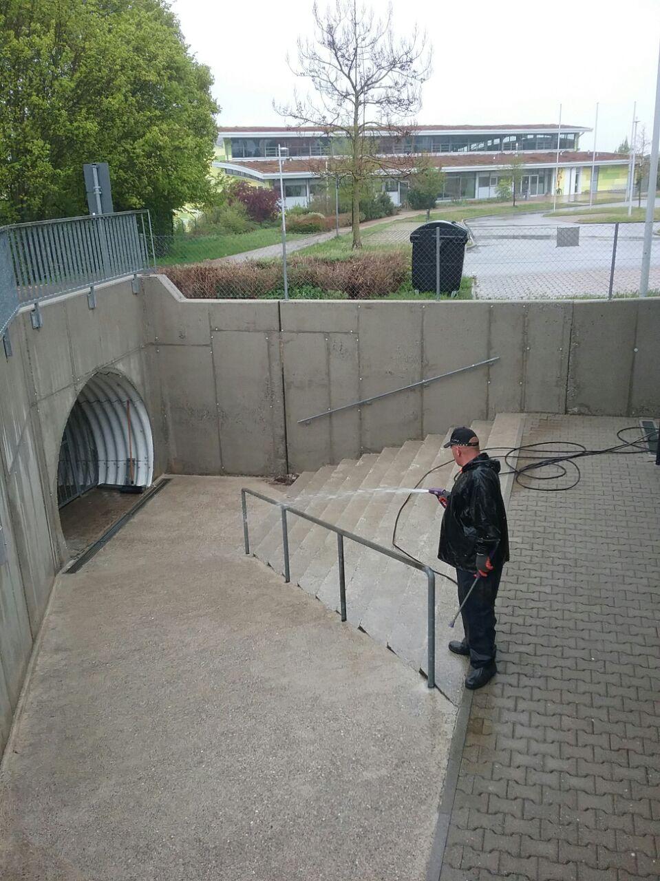 Betonfläche nach der Hochdruckreinigung von Saro Heilbronn