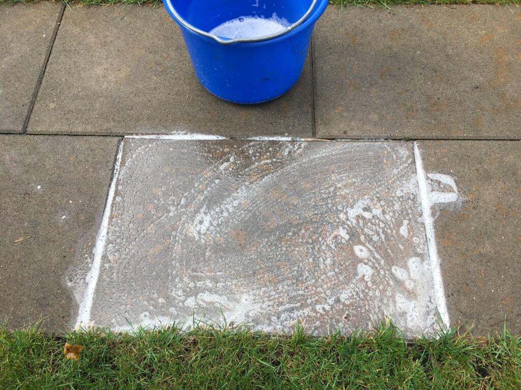 Aufgetragenes Reinigungsmittel Rostentferner bei der Einwirkung in die Betonplatte