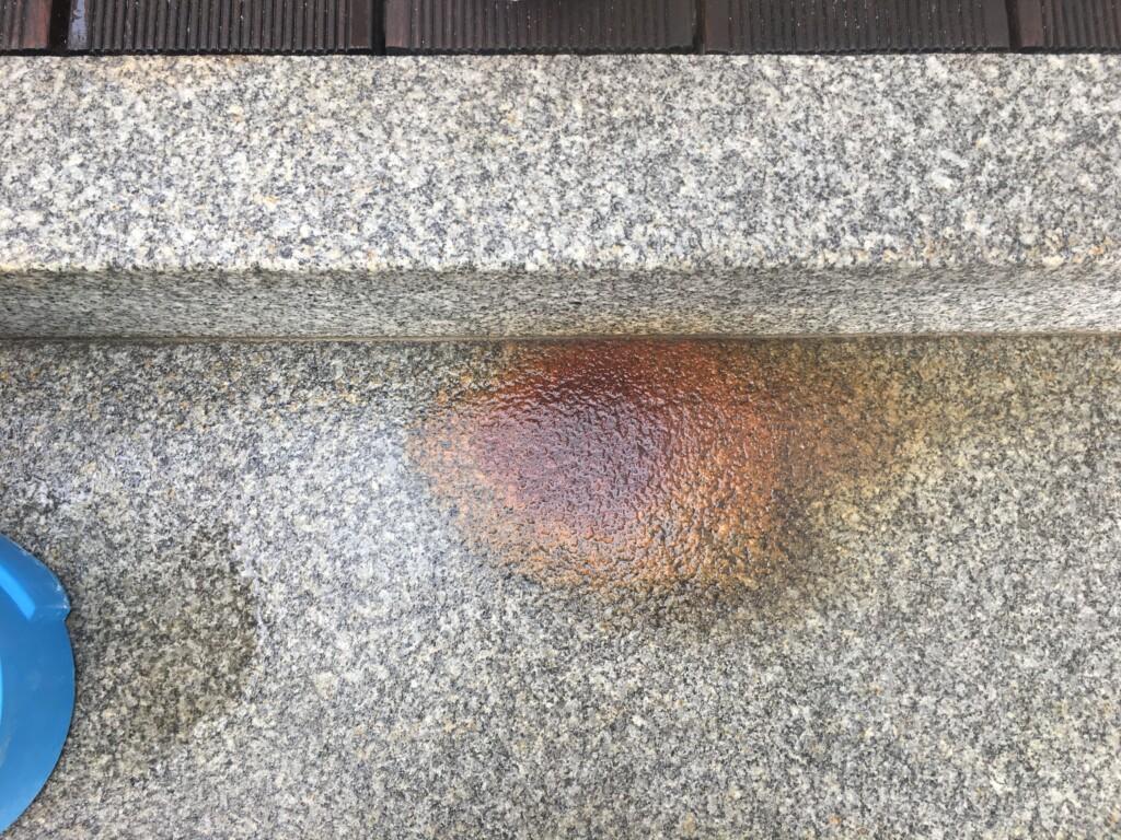 Starker Rostfleck auf Granittreppenstufe vor der Reinigung