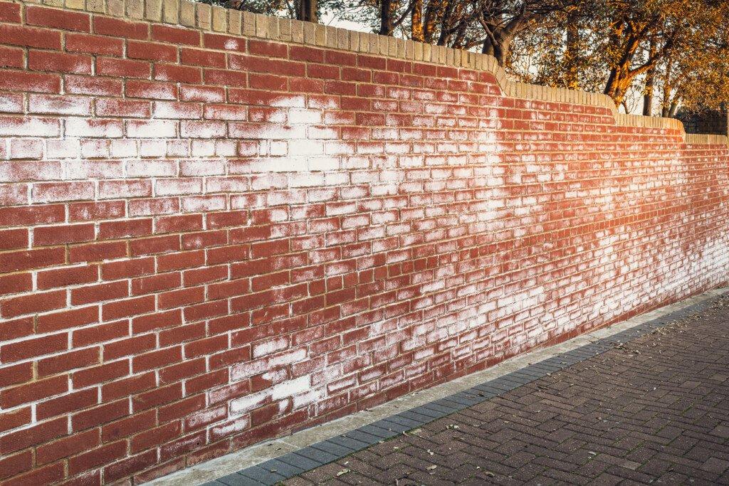Ausblühungen an der Wand entfernen