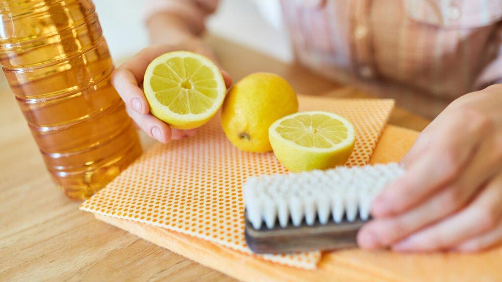 Kalkentfernung mit dem Hausmittel Essig und Zitrone